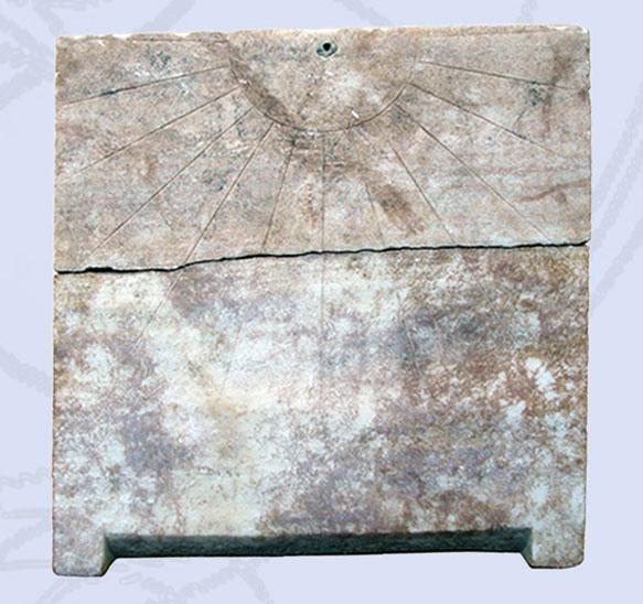 Hλιακό ρολόι από τη Στυλίδα. Βρέθηκε σε σωστική ανασκαφή της ΙΔ' ΕΠΚΑ και χρονολογείται στους πρώιμους ελληνιστικούς χρόνους  (φωτ. ΙΔ' ΕΠΚΑ).