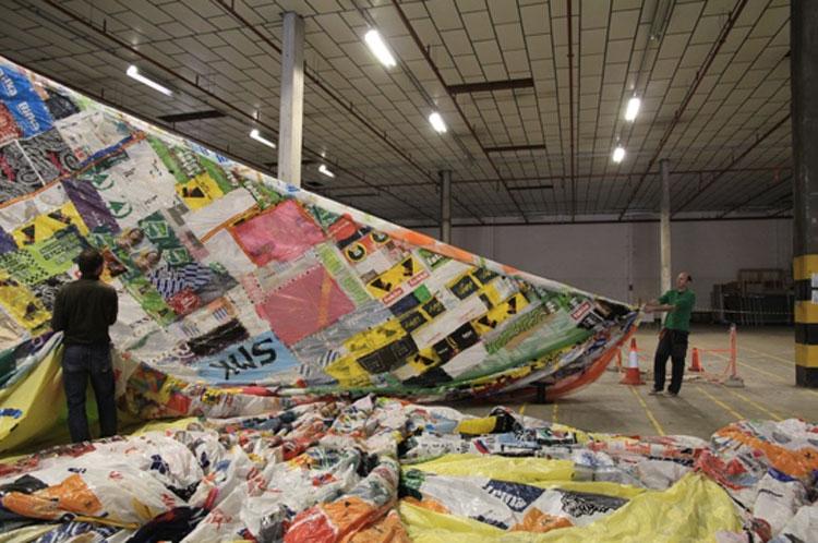 Εικ. 2. Κατασκευή του Museo Aero Solar με αφορμή την έκθεση The Museum Show, Arnolfini © Arnolfini 2011. Το μουσείο-αερόστατο κατασκευάζεται από ενδιαφερόμενους εθελοντές ανά τον κόσμο και έχει πραγματοποιήσει μέχρι στιγμής 9 «στάσεις».