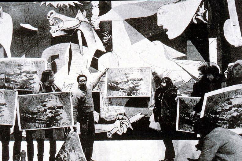Εικ. 3. Διαμαρτυρία του Συνασπισμού Εργατών Τέχνης στο Μουσείο Μοντέρνας Τέχνης της Νέας Υόρκης μπροστά από την Guernica, 1970. Οι διαδηλωτές κρατούν αφίσα διαμαρτυρίας κατά του πολέμου στο Βιετνάμ. © Jan Van Raay.