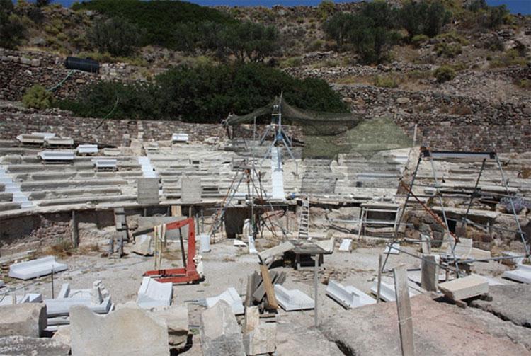 Αρχαίο θέατρο Μήλου. Γενική άποψη των κεντρικών κερκίδων (φωτ. «Διάζωμα»).