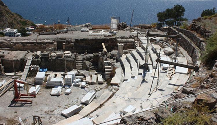 Αρχαίο θέατρο Μήλου. Άποψη από βορρά των δυο πρώτων δυτικών κερκίδων, οι οποίες έχουν αποκατασταθεί και συντηρηθεί (φωτ. «Διάζωμα»).