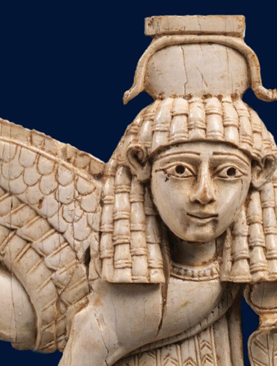 Ανάγλυφο ελεφαντοστέινο πλακίδιο με παράσταση Σφίγγας, περ. 9ος-8ος αι. π.Χ. Νεο-ασσυριακή περίοδος, Μεσοποταμία. Μητροπολιτικό Μουσείο Τέχνης της Νέας Υόρκης.
