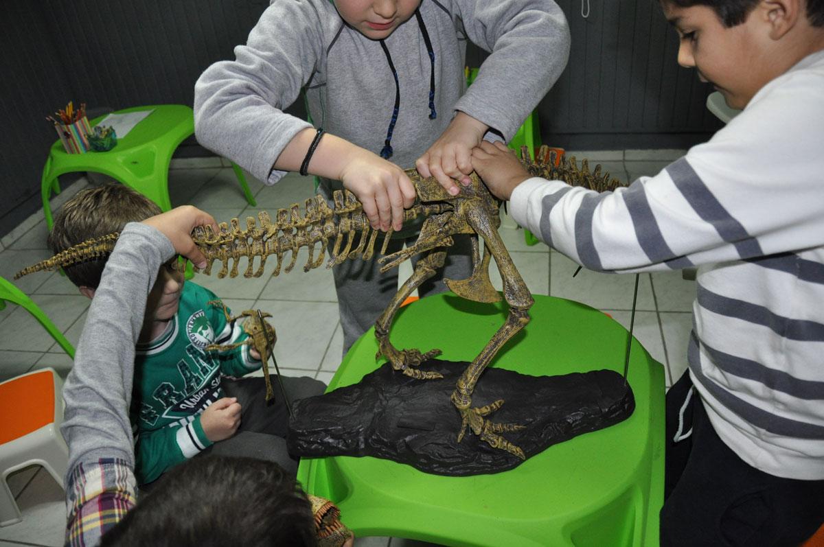 Τα παιδιά γίνονται μικροί παλαιοντολόγοι και εισάγονται στον κόσμο των δεινοσαύρων.