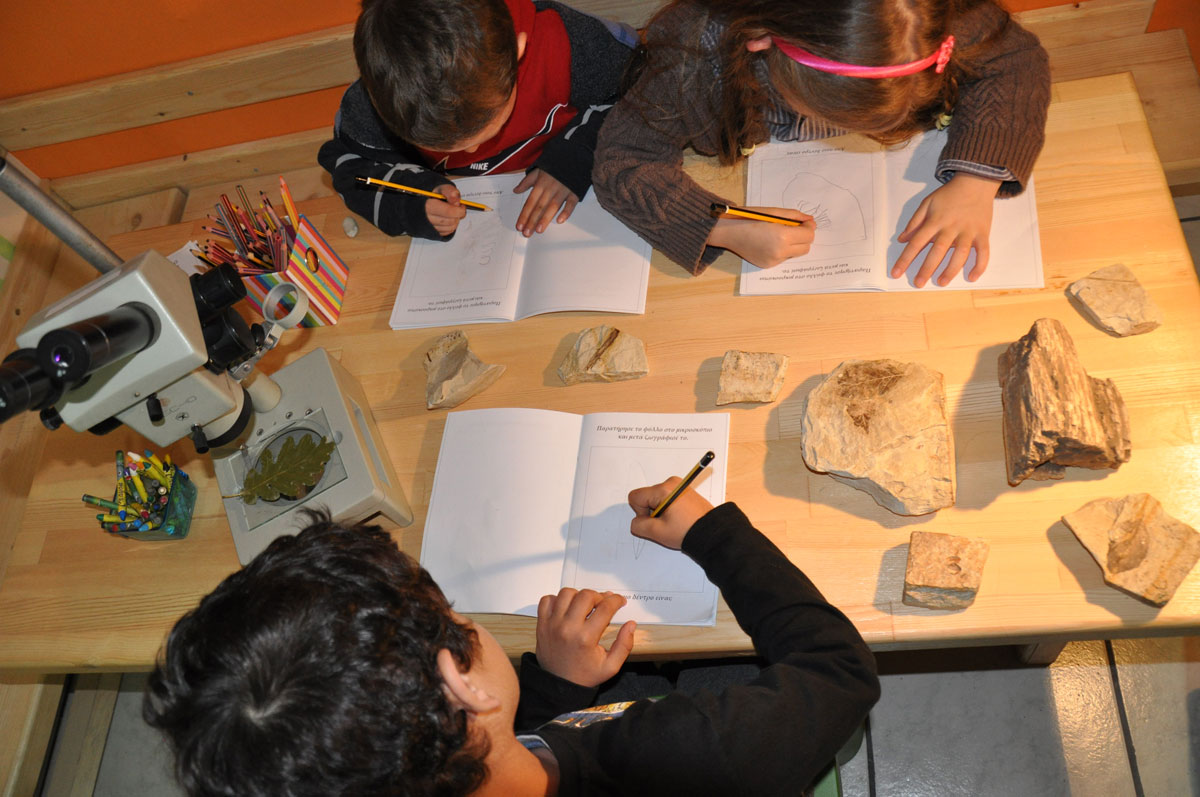 Στο εργαστήρι πειραμάτων τα παιδιά μέσα από το πείραμα μαθαίνουν για τα φυσικά φαινόμενα.