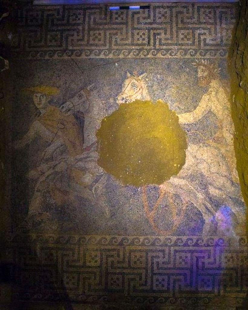 Περίτεχνο ψηφιδωτό δάπεδο που αποκαλύφθηκε στον λόφο Καστά της Αμφίπολης (φωτ. ΥΠΠΟΑ).
