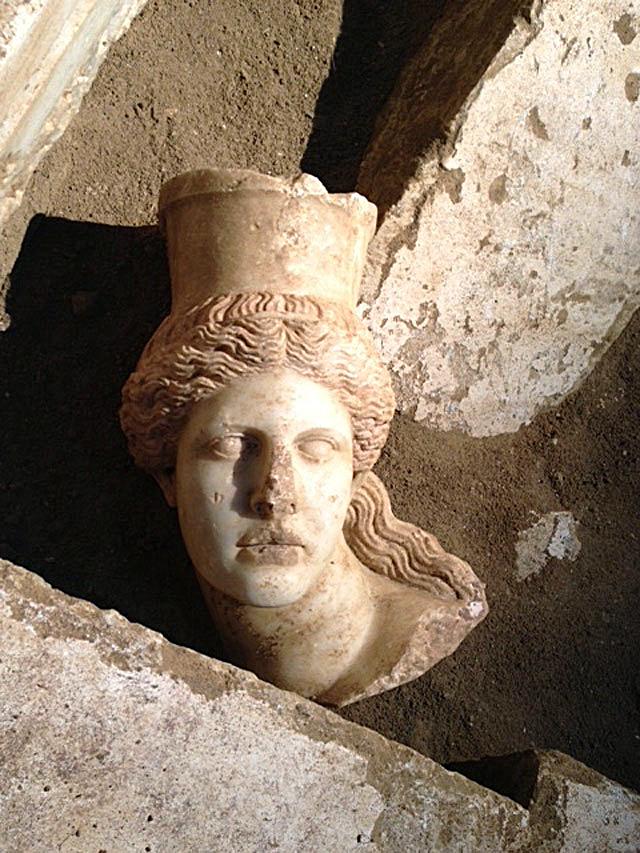 Μαρμάρινη κεφαλή Σφίγγας που αποκαλύφθηκε στη διάρκεια των ανασκαφικών εργασιών στον λόφο Καστά.