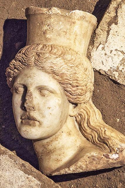 Μαρμάρινη κεφαλή Σφίγγας που αποκαλύφθηκε στη διάρκεια των ανασκαφικών εργασιών στον Τύμβο Καστά.