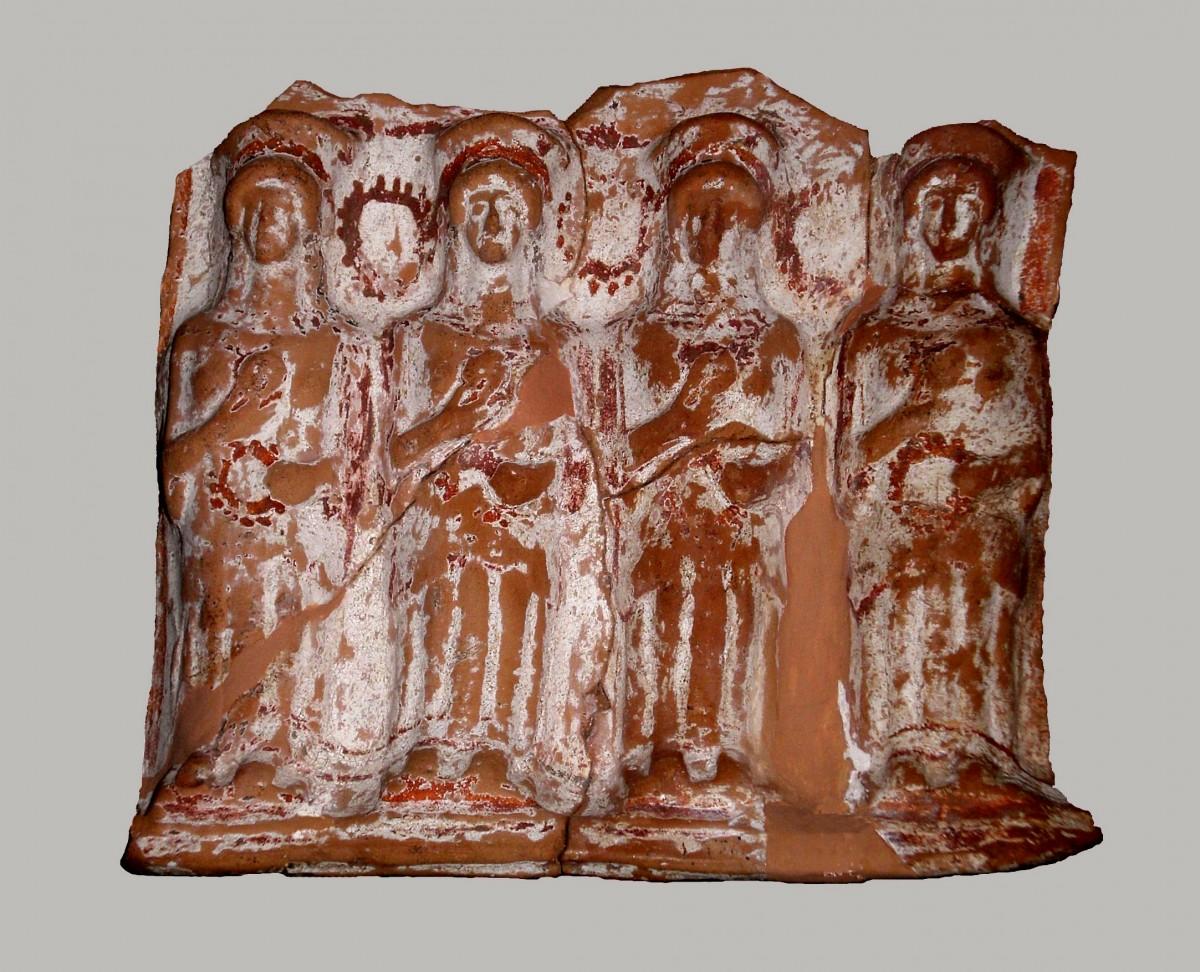 Πήλινος ανάγλυφος πίνακας που απεικονίζει τέσσερις γυναικείες μορφές, πιθανώς Νύμφες. Αρχαιολογικό Μουσείο Άρτας.