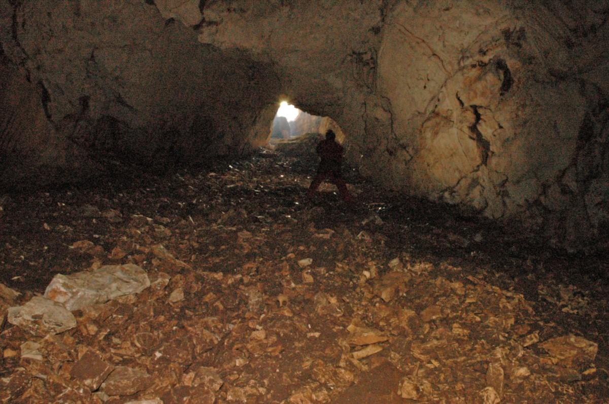 Εσωτερική άποψη του σπηλαίου «Κουδουνότρυπα».
