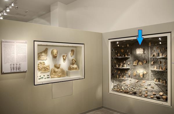 Ο ανάγλυφος πίνακας βρίσκεται στην Αίθουσα Α του Αρχαιολογικού Μουσείου Άρτας.