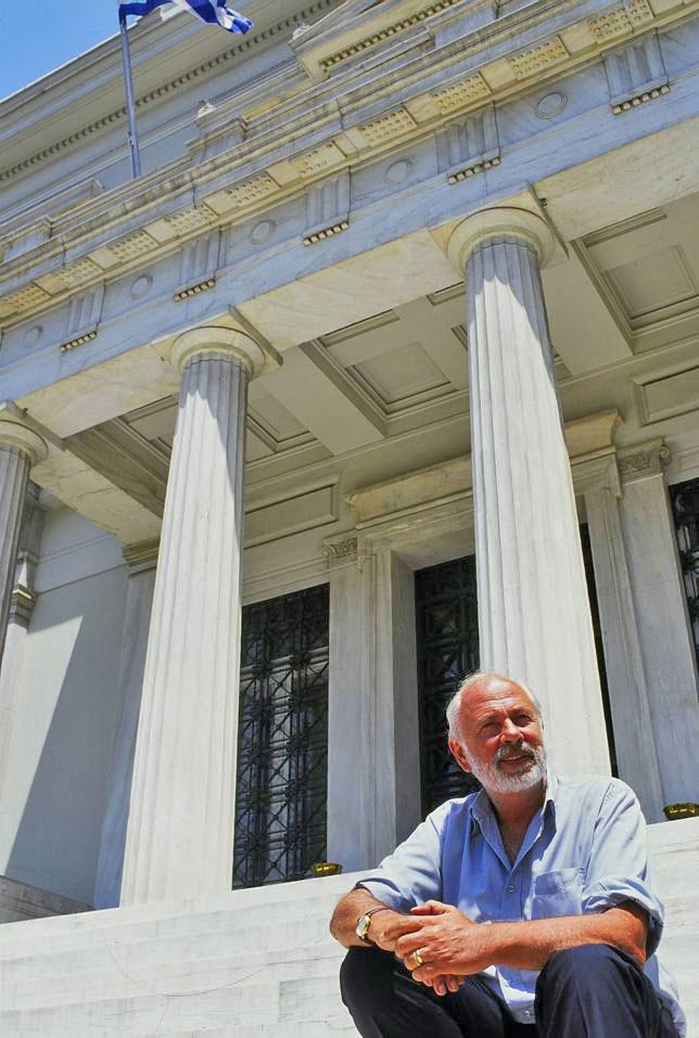 Εικ. 1. Ο Α. Δεληβορριάς στα σκαλιά του κεντρικού κτηρίου.