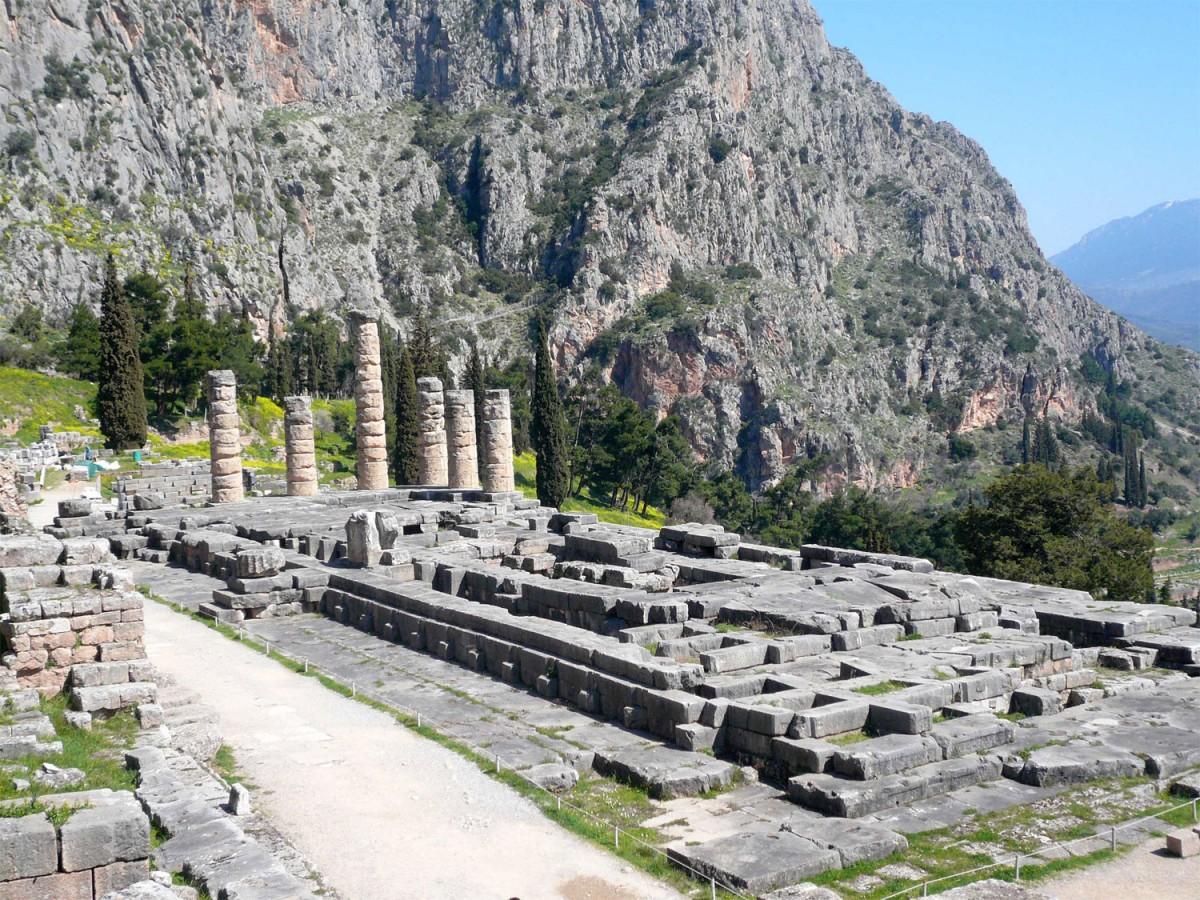 Ο ναός του Απόλλωνα στους Δελφούς.
