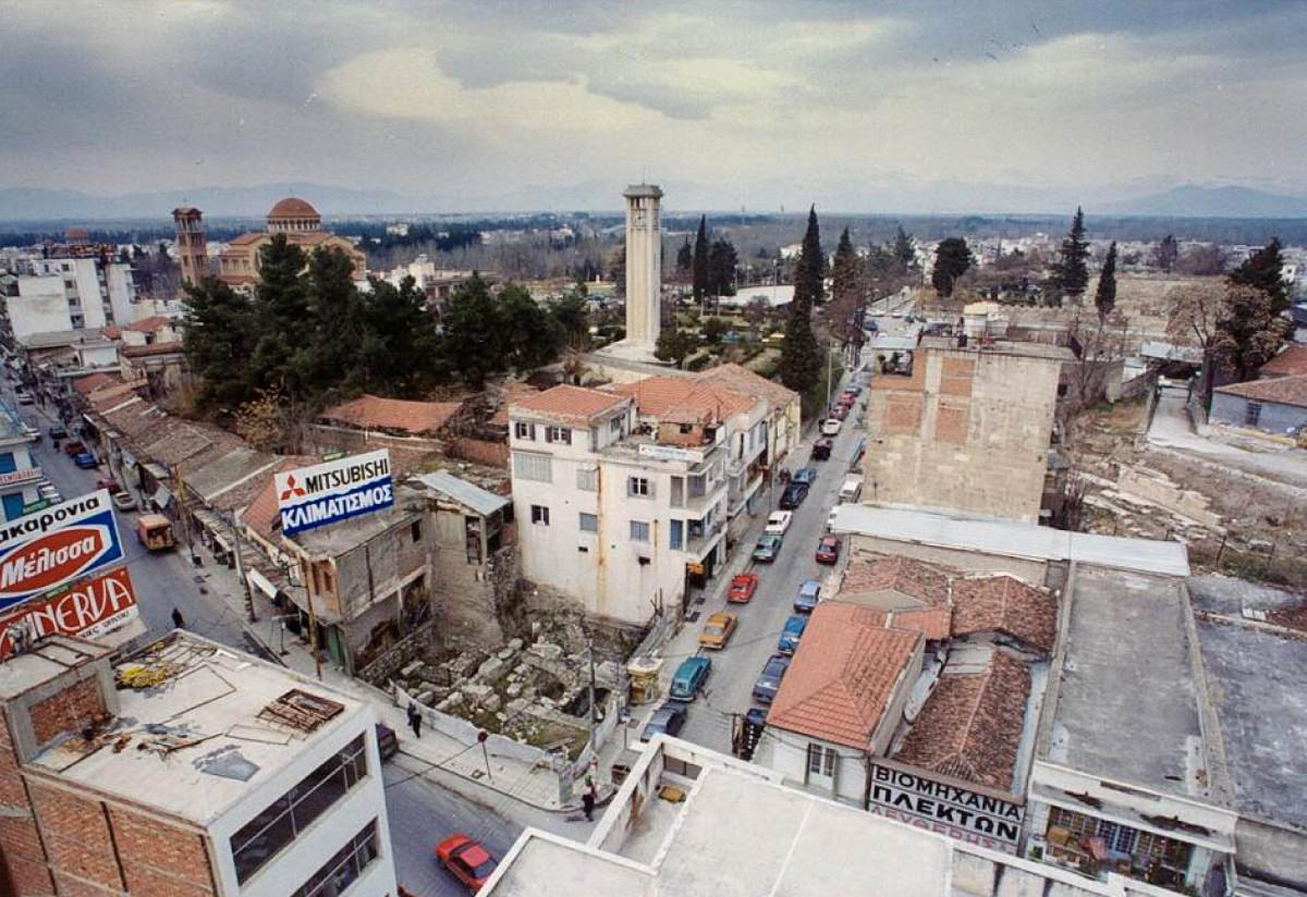 Ο χώρος στον οποίο εκτείνεται το αρχαίο θέατρο Λάρισας μέχρι το 1910 είχε κτιστεί σχεδόν στο σύνολό του (φωτ. «Διάζωμα»).