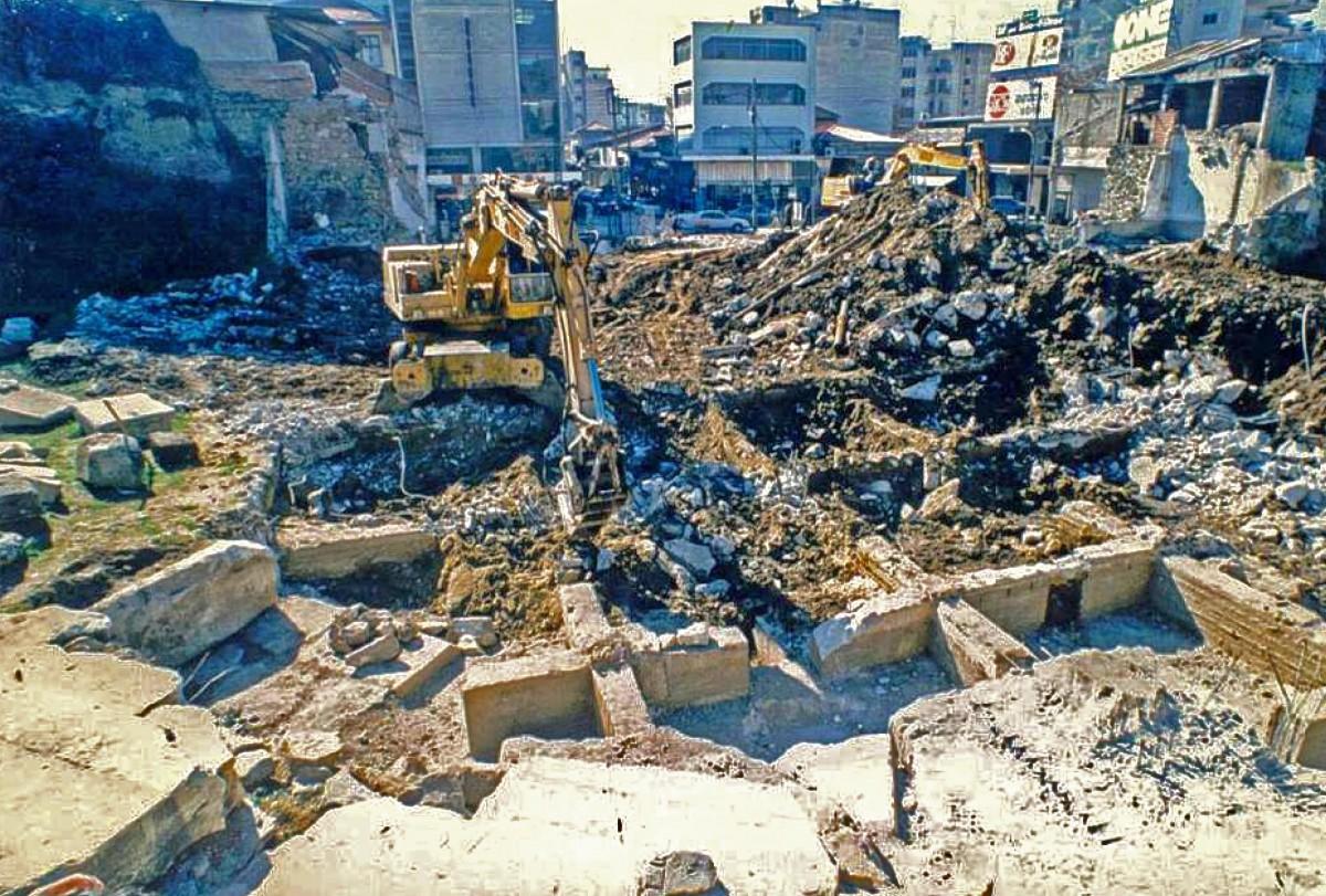 Από το 1977 μέχρι το 2008 κατεδαφίστηκαν συνολικά 30 ακίνητα για την αποκάλυψη του αρχαίου θεάτρου Λάρισας (φωτ. «Διάζωμα»).