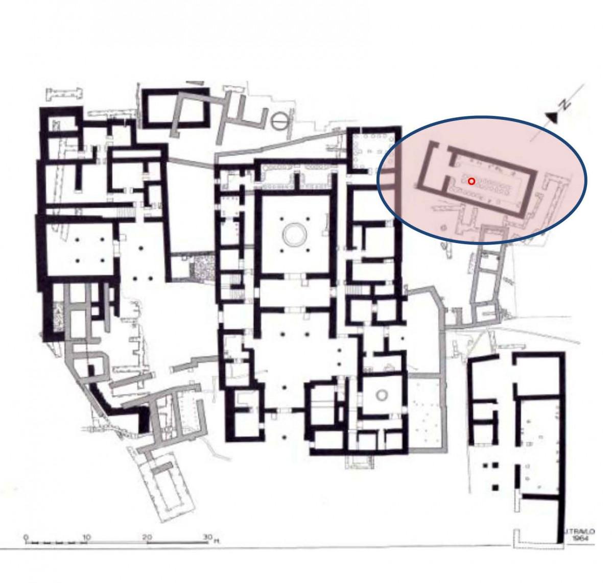 Εικ. 1. Το ανάκτορο του Νηλέως αριστερά, το ανάκτορο του Νέστορος στο μέσον, με τις αποθήκες του λαδιού πίσω από την αίθουσα του θρόνου και, επάνω δεξιά, την αποθήκη του οίνου με σημειωμένη τη θέση του υποστυλώματος του νέου στεγάστρου. (Carl W. Blegen, The Palace of Nestor at Pylos ΙΙΙ, εικ. 303)
