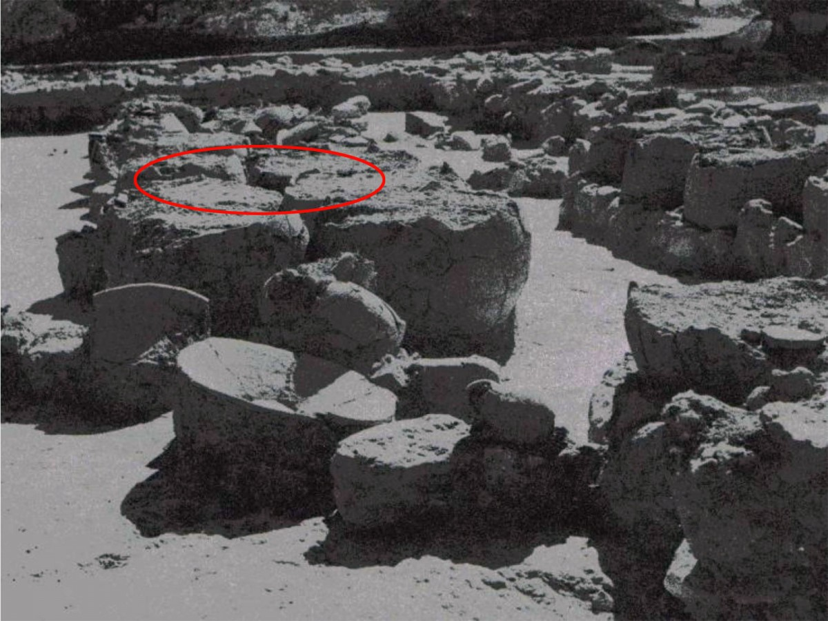 Εικ. 3. H αποθήκη του οίνου όπου φαίνονται οι πακτώσεις των πίθων όπως τους αποκάλυψε ο Blegen. (Carl W. Blegen, The Palace of Nestor at Pylos ΙΙΙ, εικ. 256)