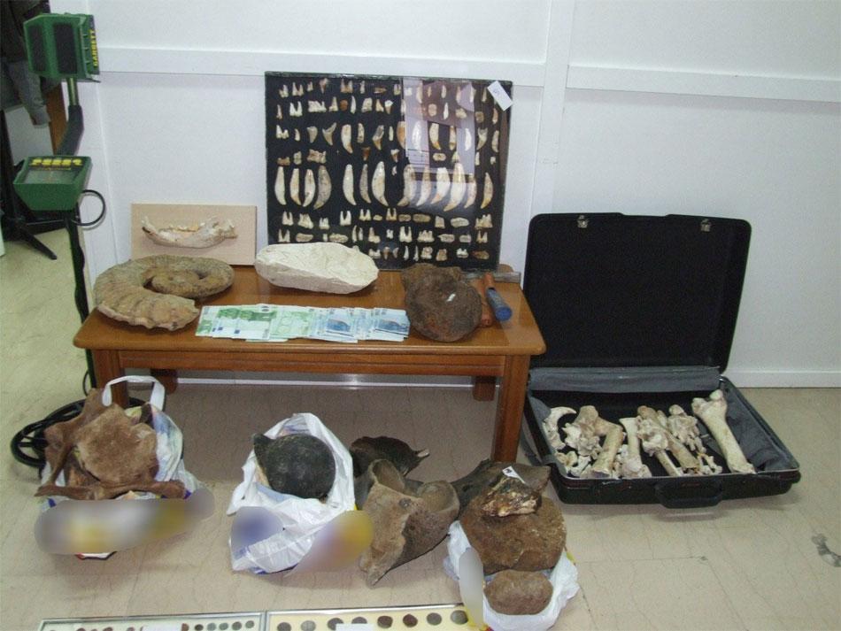 Mεγάλο αριθμό αρχαίων αντικειμένων είχε στην κατοχή του ένας 51χρονος στην Πέλλα (φωτ. Ελληνική Αστυνομία).