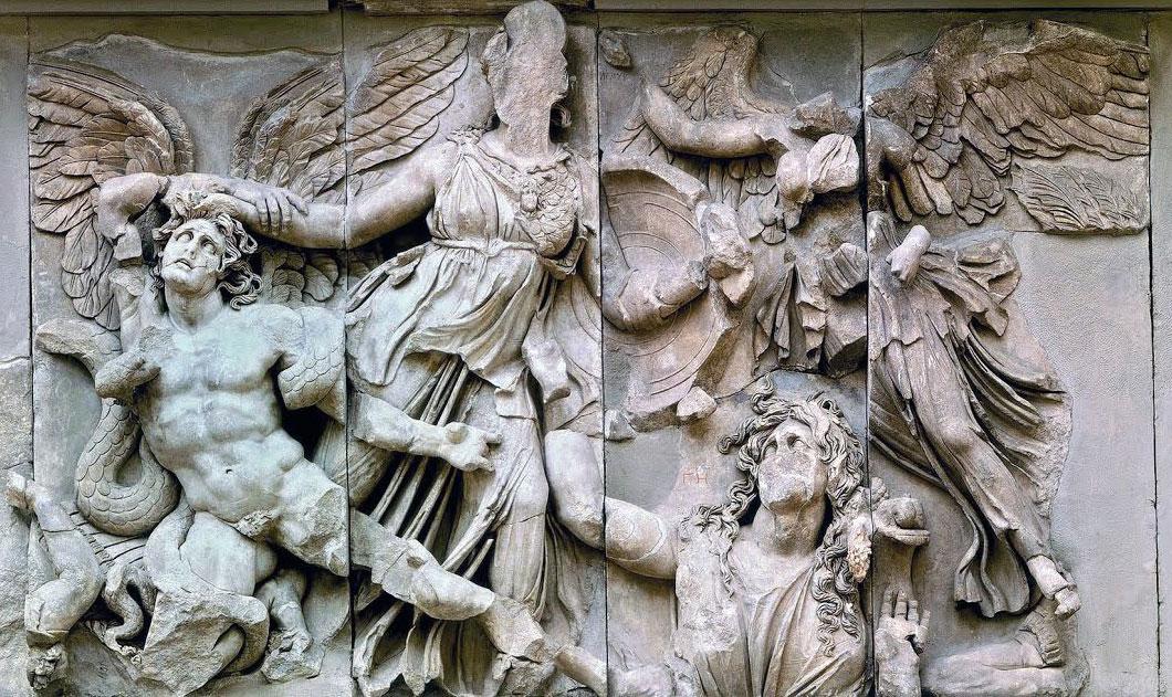 Πέργαμος. Βωμός του Διός. Γλυπτή ζωφόρος με παράσταση Γιγαντομαχίας (λεπτομέρεια). Διακρίνονται η Αθηνά, η Νίκη, η Γη και ο Αλκυονεύς. 2ος αι. π.Χ. Μουσείο Περγάμου, Βερολίνο.
