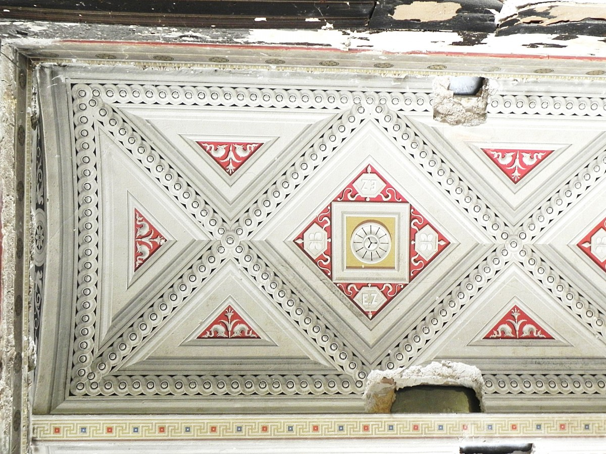 Χαρακτηριστική οροφογραφία του πρώτου ορόφου της περιόδου Τσίλλερ (Πηγή: Διεύθυνση Αναστήλωσης Νεωτέρων και Σύγχρονων Μνημείων/ ΥΠΠΟΑ).