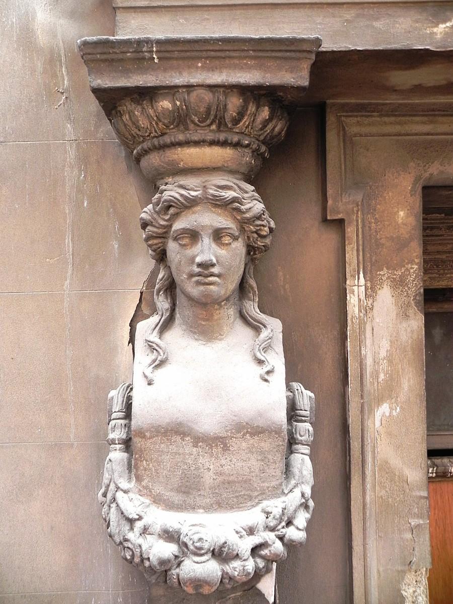 Μία από τις καρυάτιδες στην όψη του Μεγάρου Τσίλλερ-Λοβέρδου (Πηγή: Διεύθυνση Αναστήλωσης Νεωτέρων και Σύγχρονων Μνημείων/ ΥΠΠΟΑ).