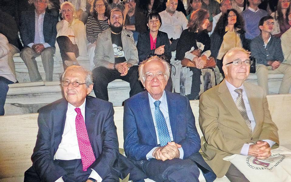 Ο Χ. Μπούρας, ανάμεσα στον Δ. Παντερμαλή και τον Β. Λαμπρινουδάκη, παρακολουθeί στο Ηρώδειο τον Μ. Κορρέ να παρουσιάζει τη Στέγη του Ηρωδείου (12.10.2014).