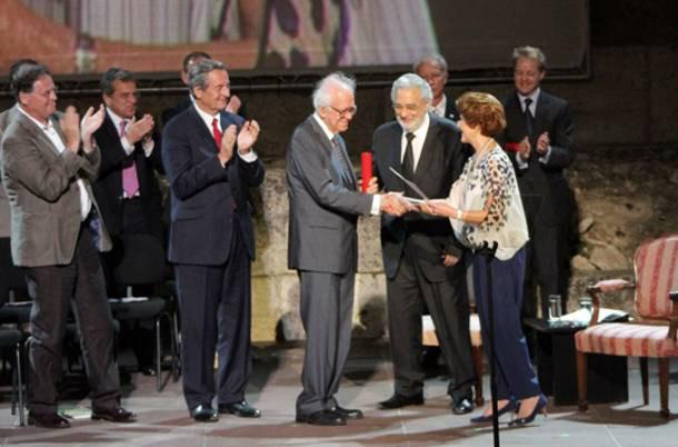 Ο καθηγητής Χαράλαμπος Μπούρας, πρόεδρος της ΕΣΜΑ, παραλαμβάνει το Grand Prix από την επίτροπο Ανδρούλα Βασιλείου και τον πρόεδρο της Europa Nostra, Πλάθιντο Ντομίνγκο.