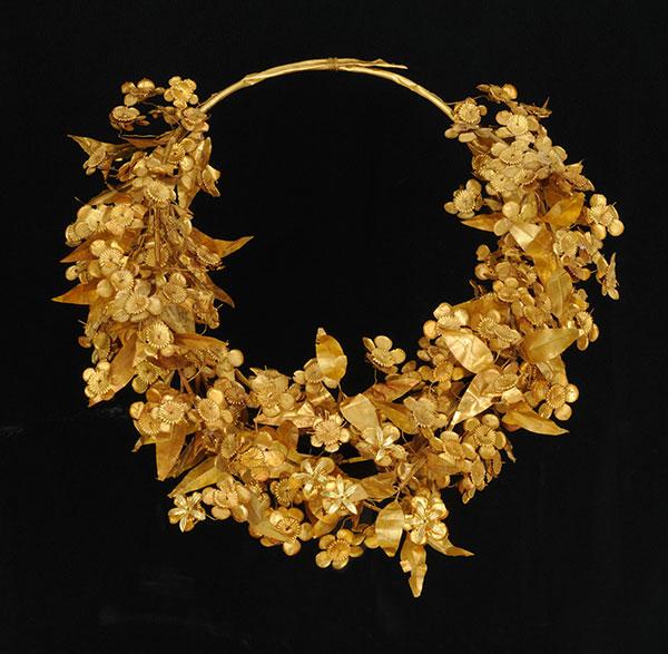 Χρυσό στεφάνι από τον τάφο του Φιλίππου Β' στις Αιγές, 340-336 π.Χ. Αρχαιολογικό Μουσείο Αιγών.