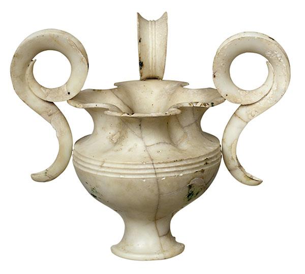 Τρίωτο αλαβάστρινο ρυτό από τον Ταφικό Κύκλο Α των Μυκηνών, 16ος αι. π.Χ. Εθνικό Αρχαιολογικό Μουσείο, Αθήνα.