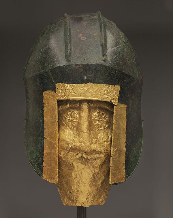 Κράνος και προσωπείο πολεμιστή από το Αρχοντικό Πέλλας, χρυσός και χαλκός, 6ος αι. π.Χ. Αρχαιολογικό Μουσείο Πέλλας.