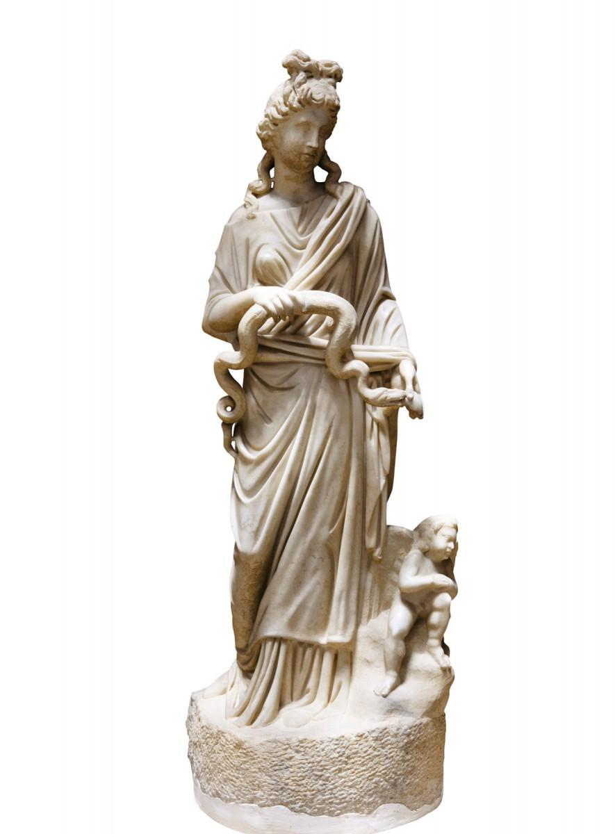 Μαρμάρινο άγαλμα της θεάς Υγιείας. 3ος αι. μ.Χ., Αρχαιολογικό Μουσείο Κω. © Αρχαιολογικό Μουσείο Κω, ΚΒ' ΕΠΚΑ (φωτογράφος Γιώργος Κασιώτης)