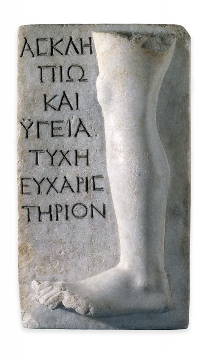 Μαρμάρινο αναθηματικό ανάγλυφο από τη Μήλο με παράσταση ποδιού και ευχαριστήρια επιγραφή του αναθέτη για την ίασή του προς τον Ασκληπιό και την Υγιεία. 150-200 μ.Χ., Λονδίνο, Βρετανικό Μουσείο. © The Trustees of the British Museum