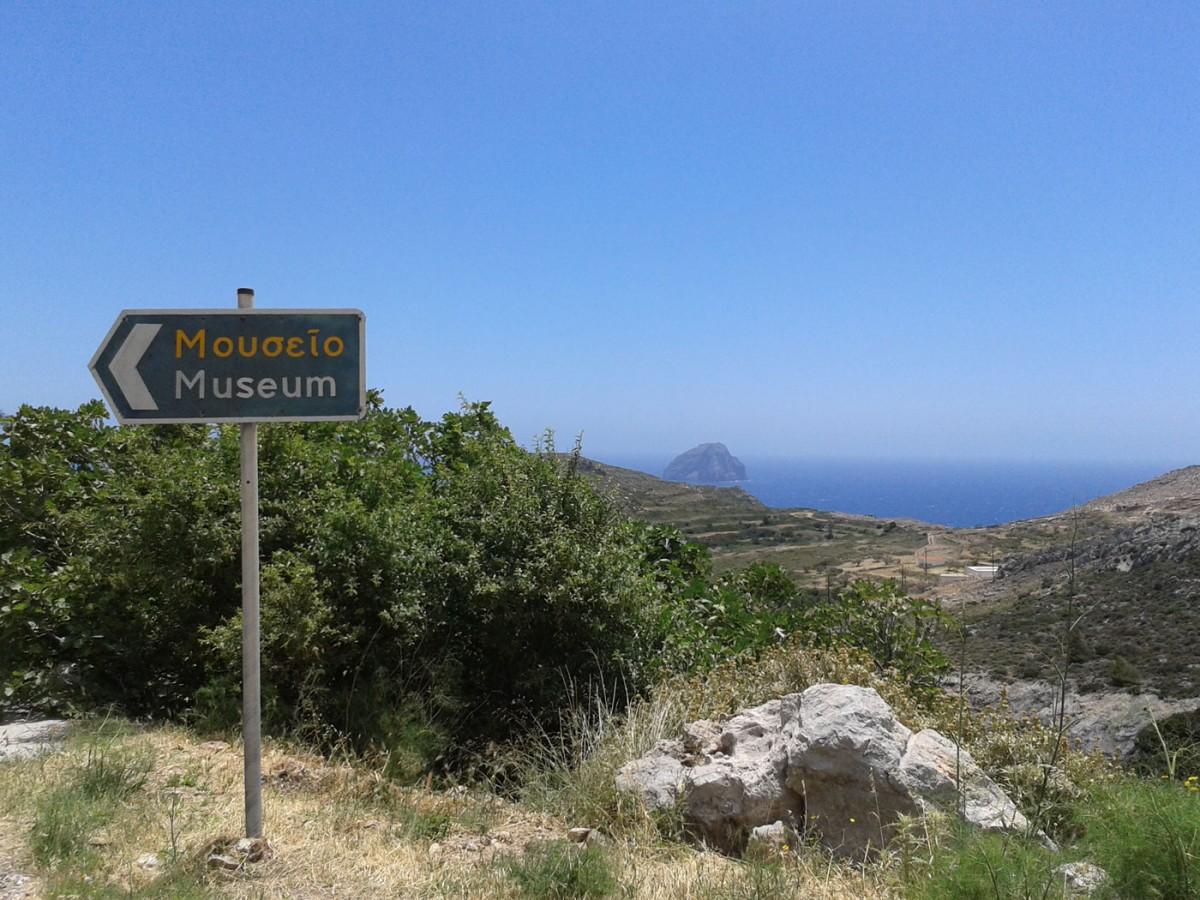Πινακίδα στην είσοδο της Χώρας Κυθήρων κατευθύνει τους επισκέπτες (φωτ. Εφορεία Αρχαιοτήτων Δυτικής Αττικής, Πειραιώς και Νήσων).