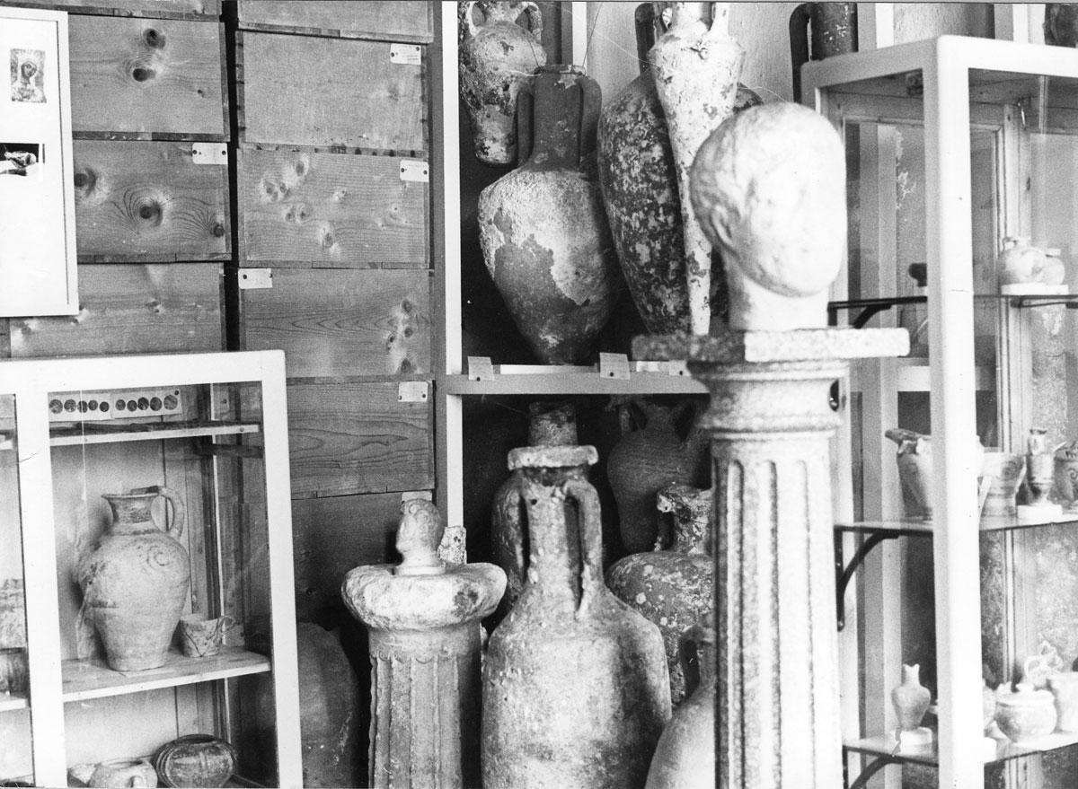 Η έκθεση των αντικειμένων στο πρώτο Μουσείο (φωτ. Εφορεία Αρχαιοτήτων Δυτικής Αττικής, Πειραιώς και Νήσων).