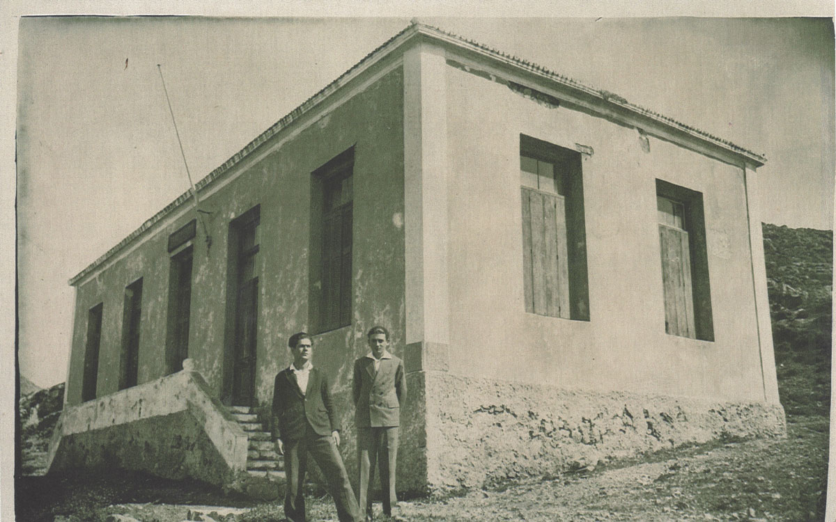 Μαθητές μπροστά από το κτήριο της Οικοκυρικής Σχολής (φωτ. Εφορεία Αρχαιοτήτων Δυτικής Αττικής, Πειραιώς και Νήσων).