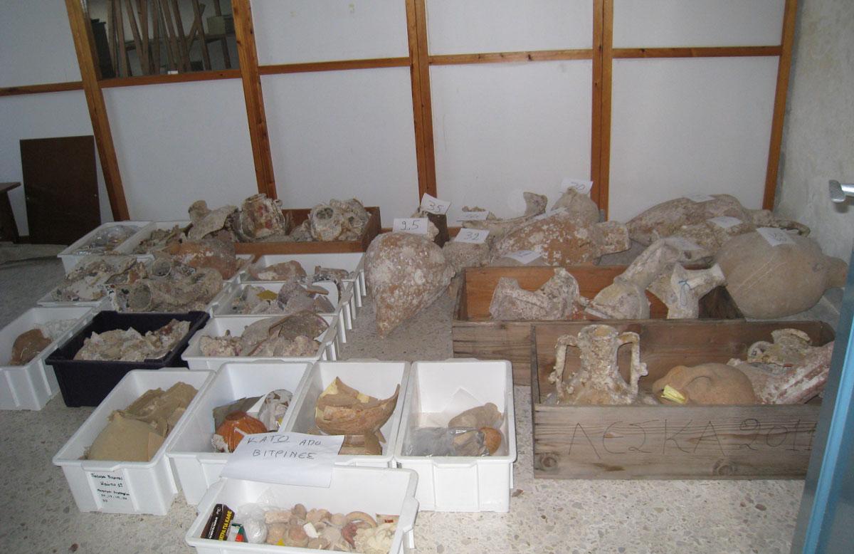 Τα εκθέματα της παλαιάς έκθεσης συσκευάζονται (φωτ. Εφορεία Αρχαιοτήτων Δυτικής Αττικής, Πειραιώς και Νήσων).
