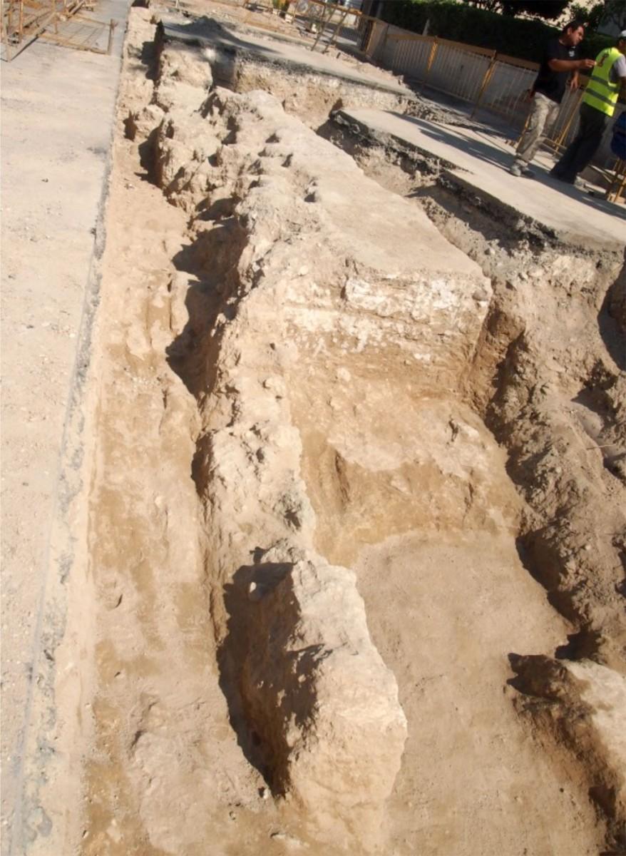 Εικ. 1. Τμήμα του τείχους της αρχαίας πόλης του Κιτίου, το οποίο εντοπίστηκε στην οδό Τεύκρου της Λάρνακας (φωτ. Τμήμα Αρχαιοτήτων Κύπρου).