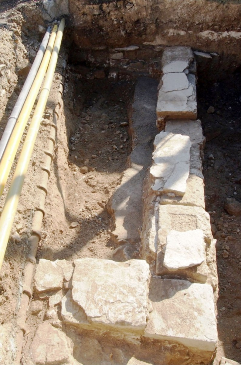 Εικ. 3. Λάρνακα: Τμήμα τετράγωνου κτιρίου με πήλινους αγωγούς και βοτσαλωτό δάπεδο αποκαλύφθηκε στην οδό Ορφέως (φωτ. Τμήμα Αρχαιοτήτων Κύπρου).