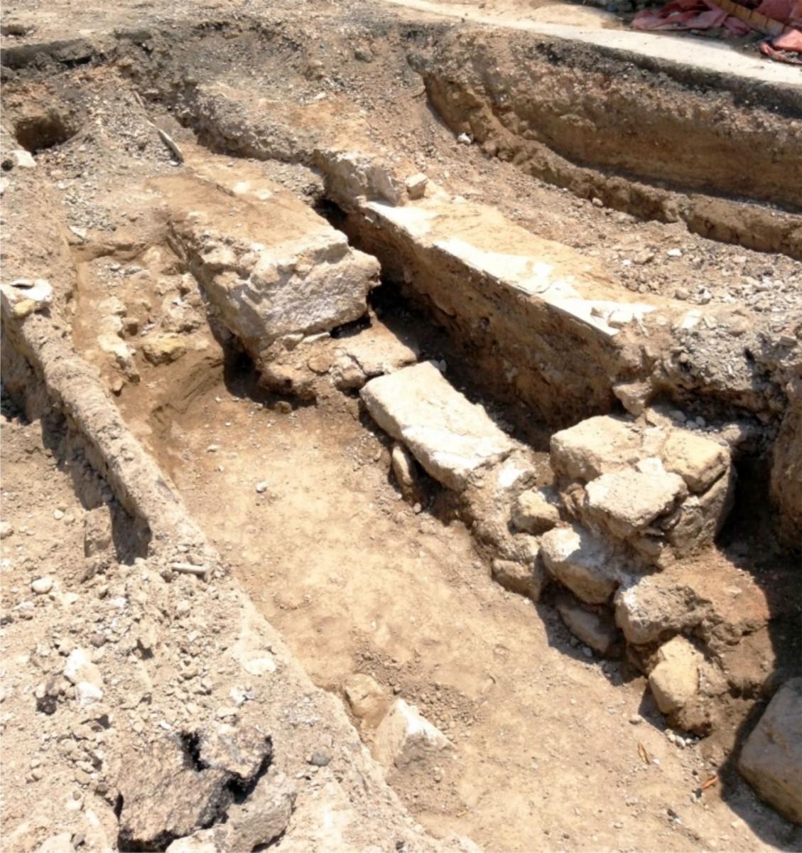 Εικ. 4. Λάρνακα: Σύνθετη αλληλουχία από τοίχους στην οδό Δημητράκη Διανέλλου (φωτ. Τμήμα Αρχαιοτήτων Κύπρου).