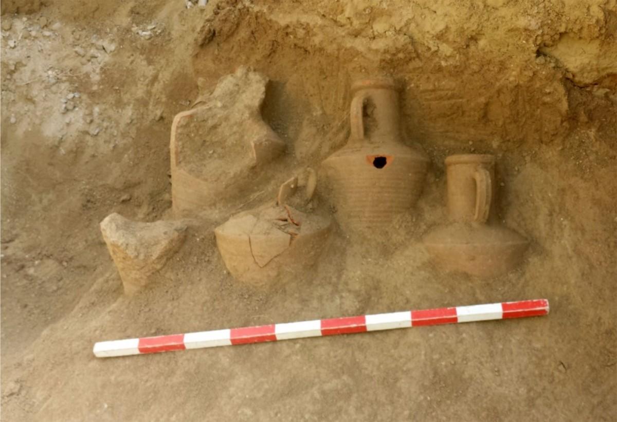 Εικ. 5. Λάρνακα: ευρήματα στο αρχαίο νεκροταφείο που εκτείνεται στα ανατολικά του τείχους (φωτ. Τμήμα Αρχαιοτήτων Κύπρου).