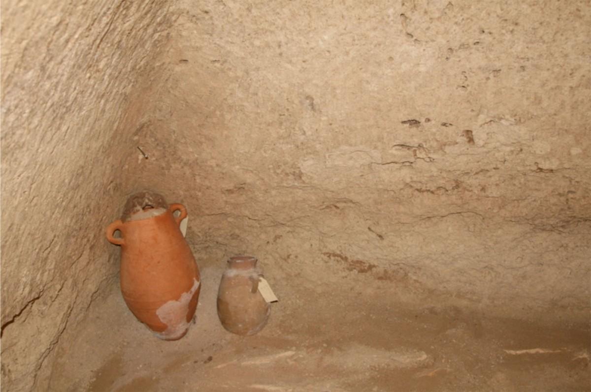 Εικ. 6. Λάρνακα: ευρήματα στο αρχαίο νεκροταφείο που εκτείνεται στα ανατολικά του τείχους (φωτ. Τμήμα Αρχαιοτήτων Κύπρου).