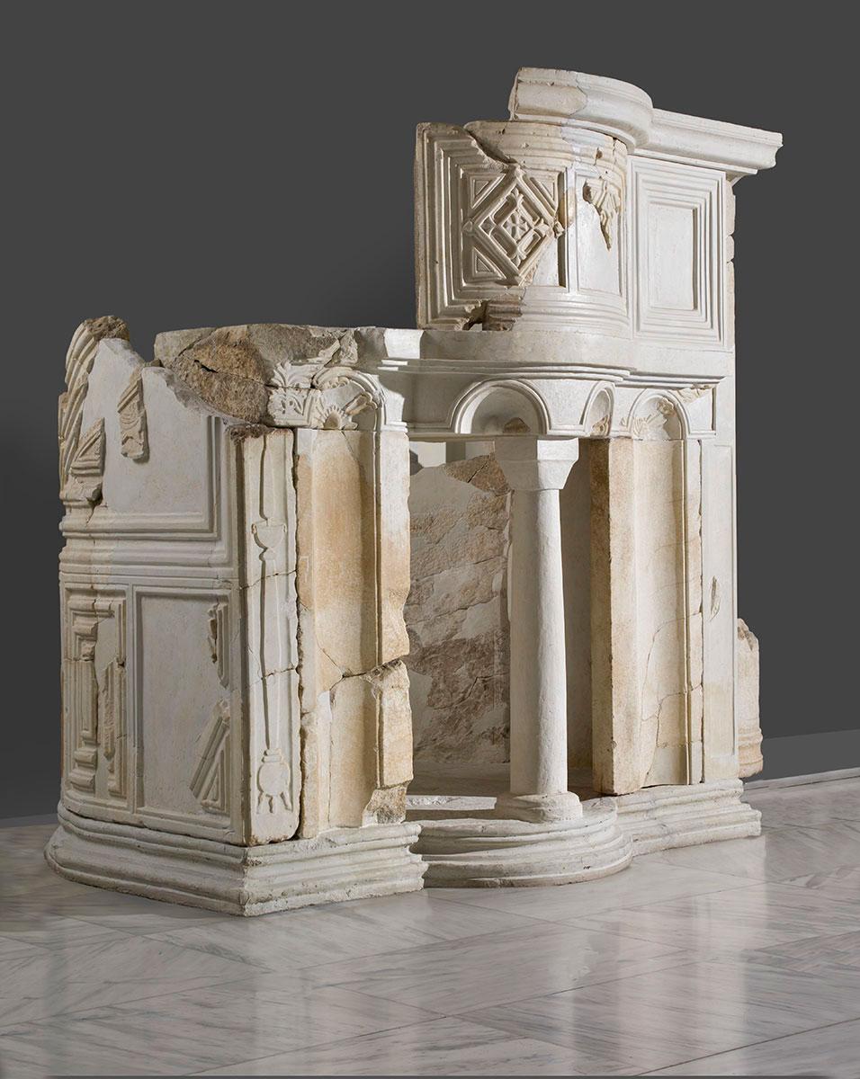 Εικ. 4. Εξαιρετικά σπάνιος ριπιδιόσχημος άμβωνας των Φιλίππων (Βασιλική του Μουσείου, Γ΄) από μάρμαρο Θάσου, με  μία είσοδο και διπλή κλίμακα ανόδου ανακαλεί στη μνήμη μας τον αντίστοιχο από τη Ροτόντα της Θεσσαλονίκης, ο οποίος βρίσκεται σήμερα στο Αρχαιολογικό Μουσείο της Κωνσταντινούπολης.