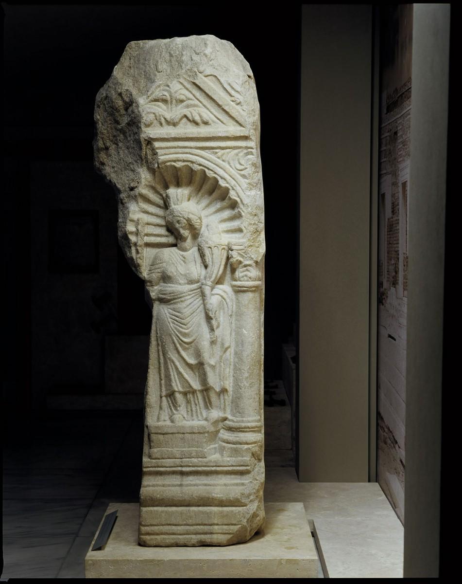Εικ. 6. Μαρμάρινο βάθρο του 4ου ή του 5ου αιώνα, που βρέθηκε στη Θεσσαλονίκη, στην οδό Κασσάνδρου, κοντά στο ναό του Αγίου Δημητρίου, με ανάγλυφες γυναικείες αλληγορικές μορφές. Η μία από τις μορφές κρατά κέρας αφθονίας και είναι η Τύχη είτε της Κωνσταντινούπολης είτε της Θεσσαλονίκης.