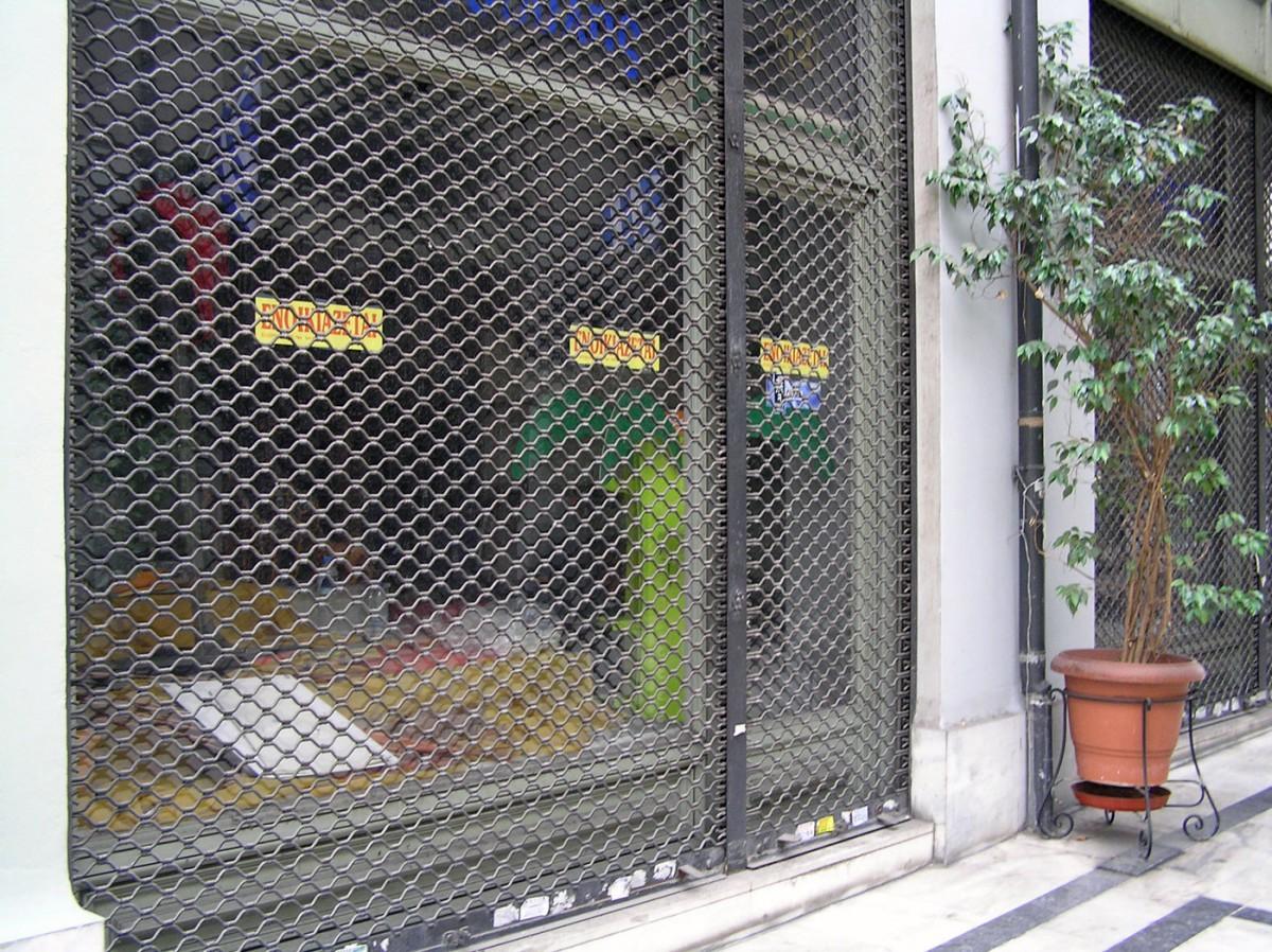 Εικ. 1: Το κέντρο της Αθήνα σε εγκατάλειψη. Στοά Αρσακείου, κλειστά καταστήματα, Οκτώβριος 2014.
