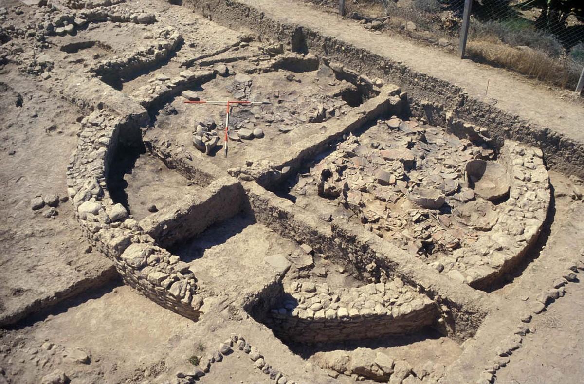 Εικ. 3α. Κτήριο 3, «το κτήριο των πιθαριών». Κισσόνεργα-Μοσφίλια, Κύπρος (μέσα 3ης χιλιετίας π.Χ.). Κτήριο-αποθήκη κυκλικής αρχιτεκτονικής για τον έλεγχο του πλεονάσματος της κοινότητας. (courtesy of E. Peltenburg).