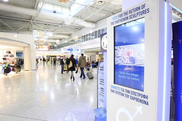 Μία από τις ειδικές διαδραστικές οθόνες, που τοποθετήθηκαν στις αίθουσες αφίξεων και αναχωρήσεων του Διεθνούς Αερολιμένα Αθηνών.