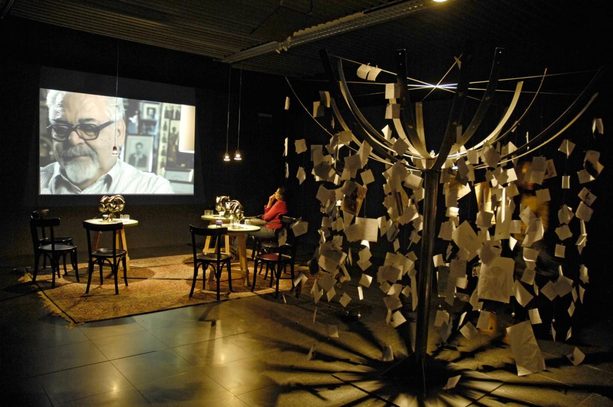 Εικ. 5. Άποψη της έκθεσης Δύο Φορές Ξένος. Εκτοπισμοί και ανταλλαγές πληθυσμών τον 20ό αιώνα που διοργανώθηκε στο Μουσείο Μπενάκη, 2012. ©Λεωνίδας Κουργιαντάκης | Φωτογραφικό Αρχείο Μουσείου Μπενάκη.