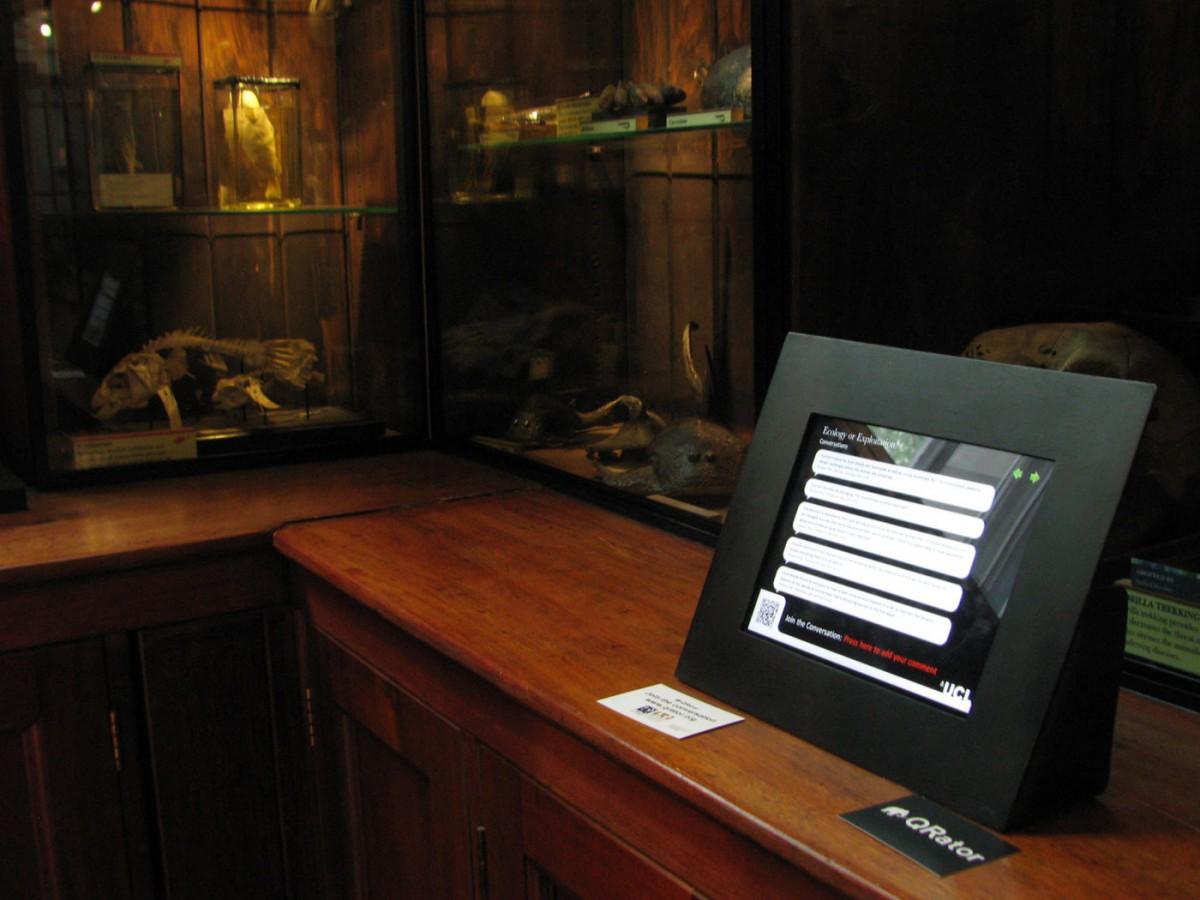 Εικ. 4. Ένα από τα Qrator iPads στο Grant Museum. To Qrator project εξέτασε τη σχέση και την επίδραση της χρήσης κινητών τηλεφώνων και άλλων ψηφιακών τεχνολογιών στην κατασκευή νέων μοντέλων συμμετοχής των επισκεπτών, ερμηνείας και αφήγησης στο μουσείο.