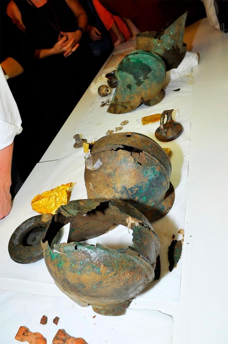Αντικείμενα από τον μακεδονικό θησαυρό που είχε αποκαλυφθεί τον Οκτώβριο του 2011 στη Γερακαρού, έξω από τη Θεσσαλονίκη (φωτ. Ελληνική Αστυνομία).