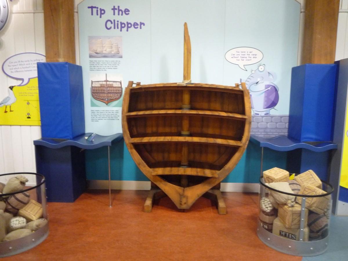 Εικ. 4. Μουσείο London Docklands. Στην παιδική πτέρυγα τα παιδιά καλούνται να φορτώσουν μια τομή πλοίου με εμπόρευμα (Φωτογραφικό Αρχείο Δ. Καλεσοπούλου).