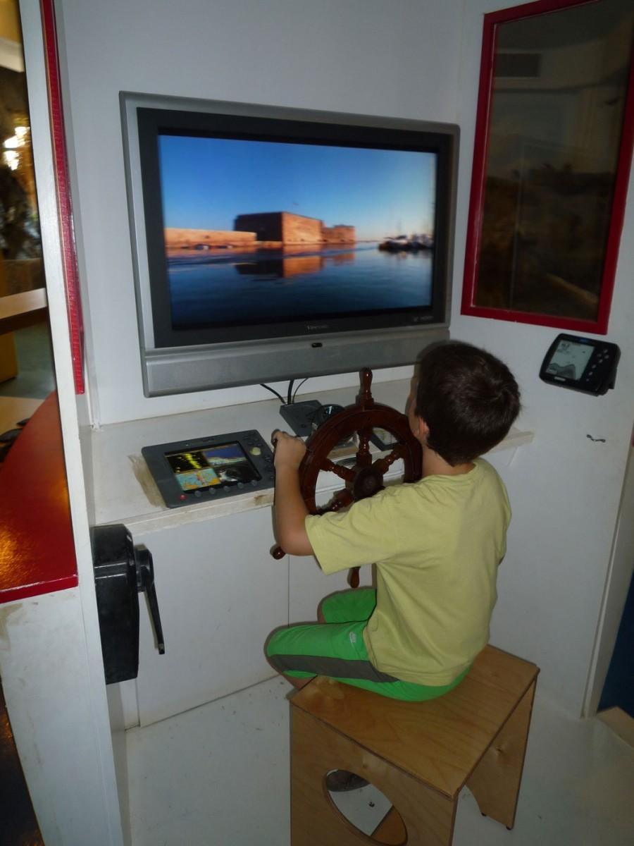 Εικ. 6. Μουσείο Φυσικής Ιστορίας Κρήτης, παιδική πτέρυγα «Ερευνότοπος». Στο καράβι τα παιδιά παίζουν τον καπετάνιο και μαθαίνουν για τη ζωή στη θάλασσα (Φωτογραφικό Αρχείο Δ. Καλεσοπούλου).